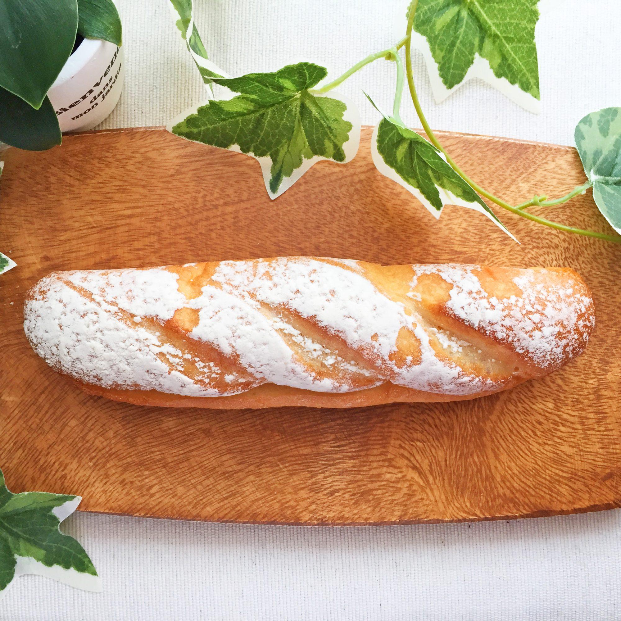 セブン−イレブン『練乳たっぷりクリームフランス』はたっぷり練乳クリームがコクうま!約22cmのロングサイズで圧巻の良コスパパン◎