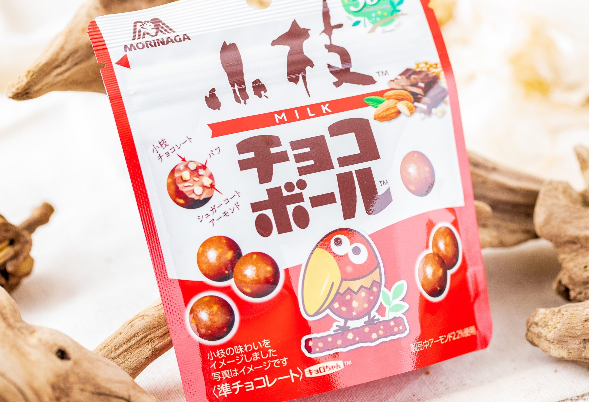 森永製菓『小枝のチョコボール』は軽やか食感のパフとアーモンドが甘いミルクチョコレートと合わさり安定の美味しさ◎