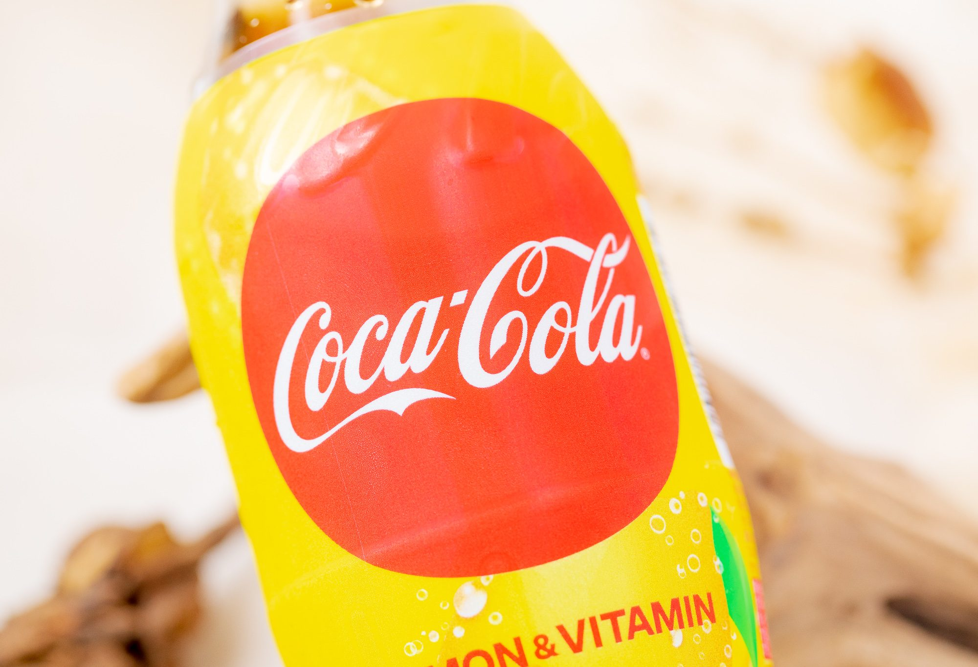 コカ・コーラ『レモン&ビタミン』実飲レビュー!たくさんのビタミンCを摂取できてほのかな酸味が美味しいコカ・コーラ◎
