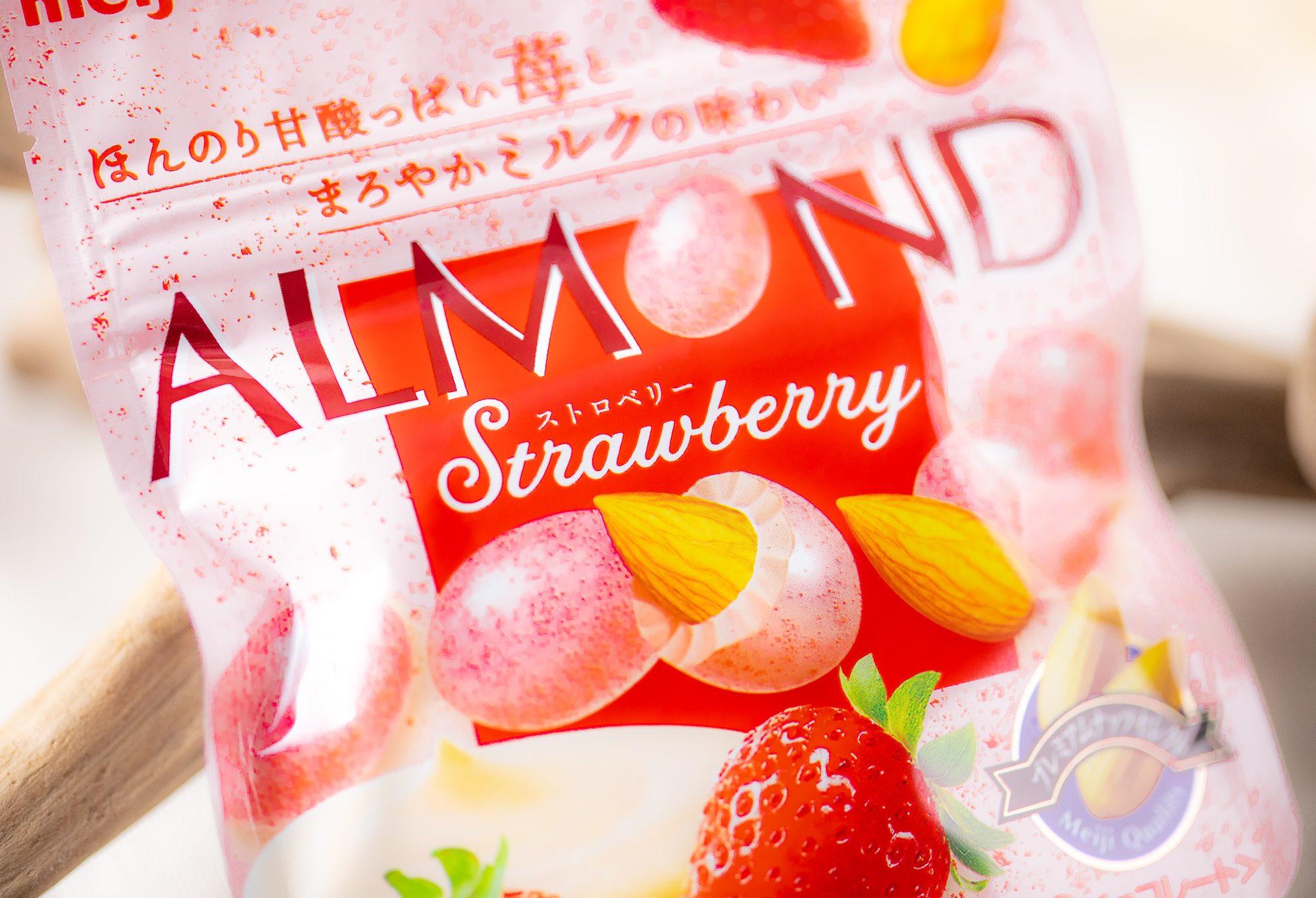 明治『アーモンドチョコレートストロベリー 47g』はミルクの深いコクにストロベリーの香りとほのかな酸味が美味しい準チョコレート!