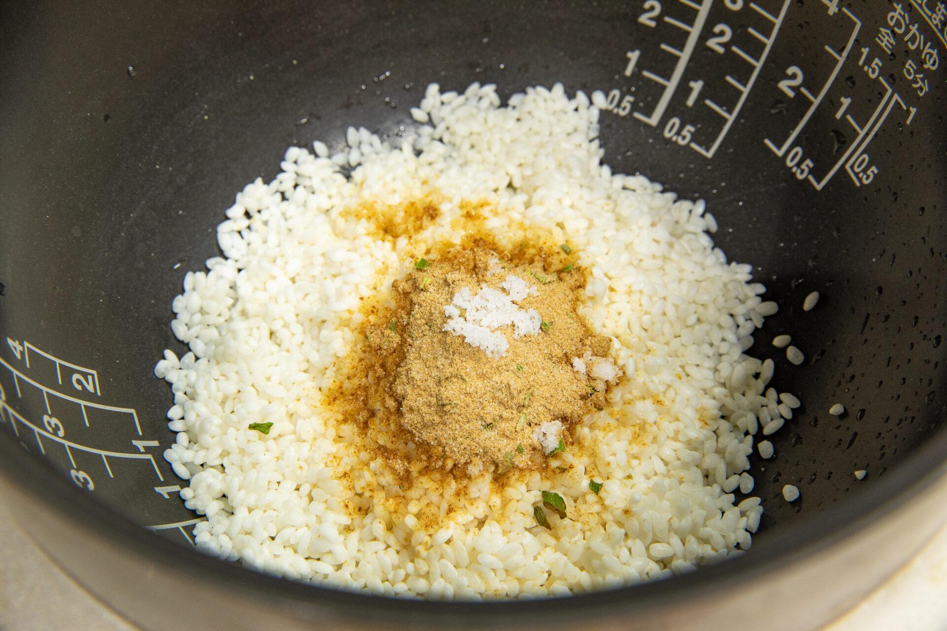 『綾鷹で炊く どん兵衛とさつまいもの炊き込みご飯』の作り方